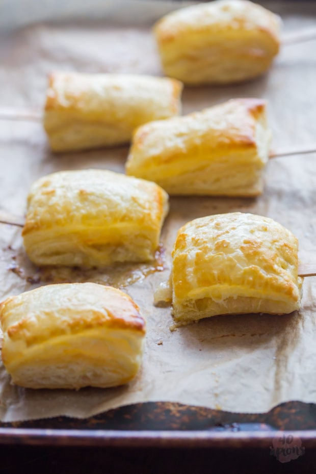 Baked brie bites with apricot jam. Flaky, crispy puff pastry.. rich, melty brie.. perfectly sweet apricot jam. Just marry me already, Brie Pops! Be mine forever! Perfect for Christmas and holiday entertaining // 40 Aprons
