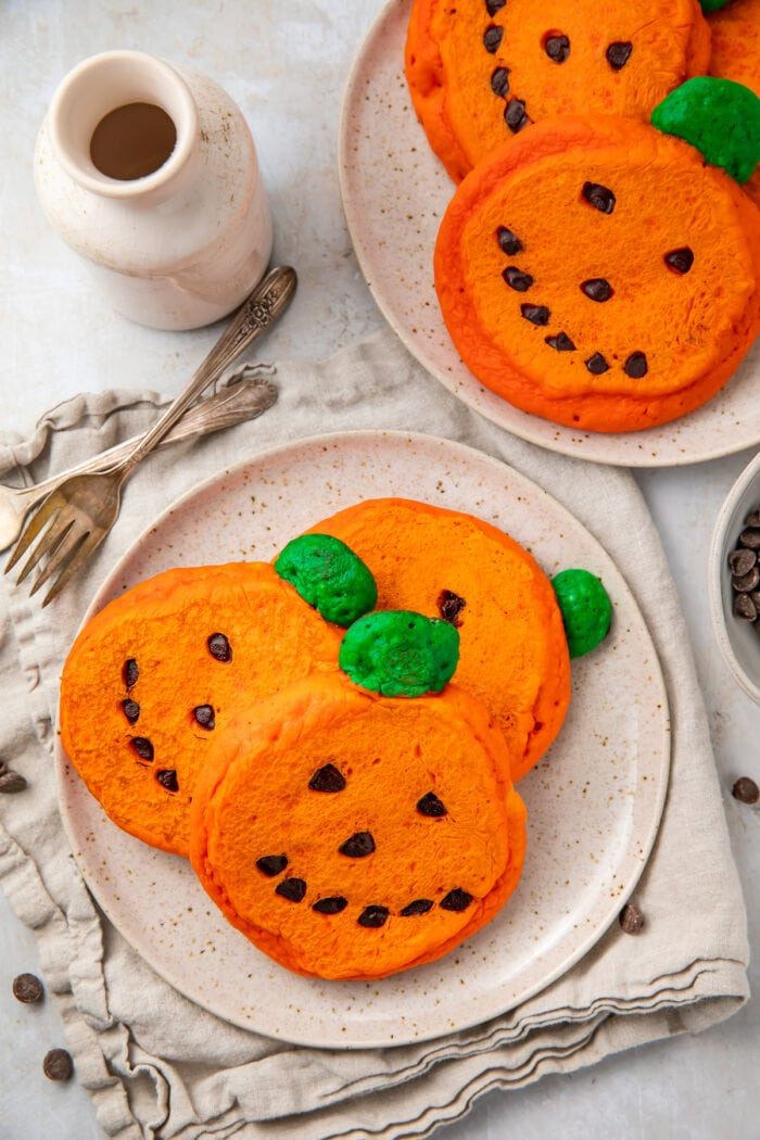 Super cute and easy jack o lantern pancakes on plates